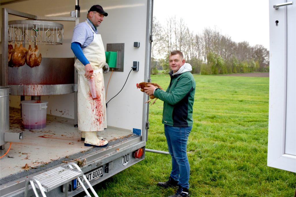 Eins nach dem anderen wurden die Hühner aus dem mobilen Stall in die mobile Geflügelschlachtung herübergetragen. Einen langen Transport in einen Schlachthof wollte Familie Lansing den Tieren ersparen.