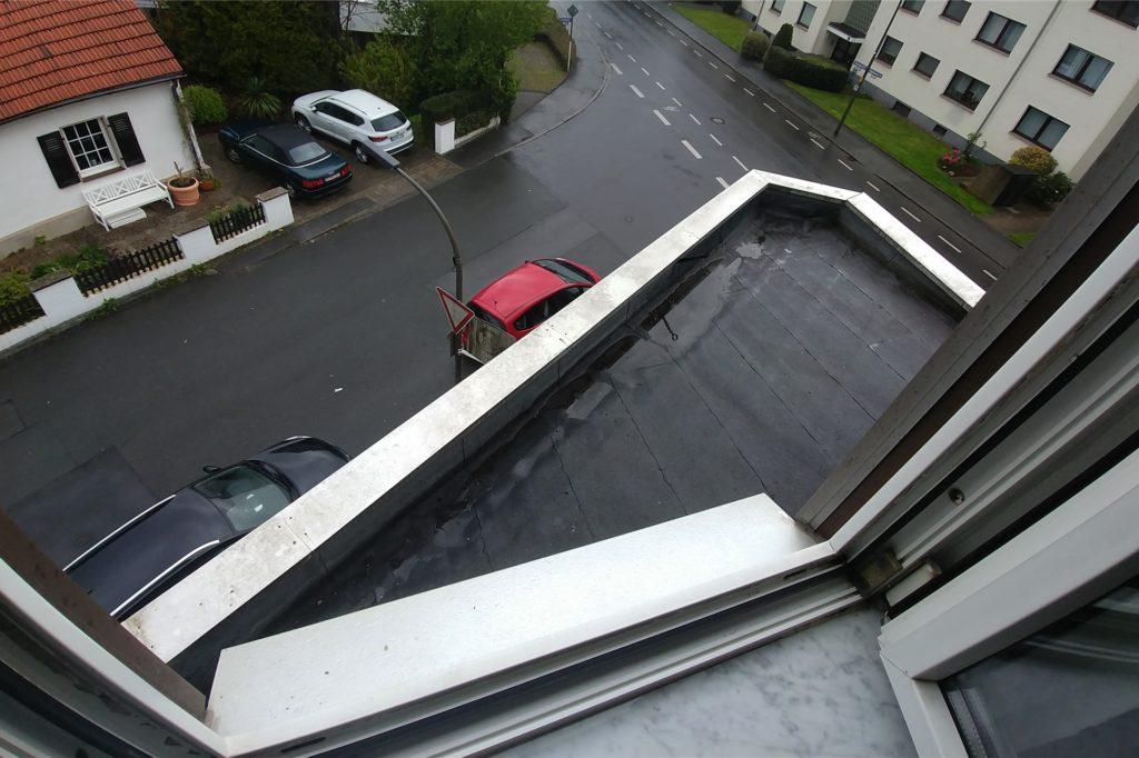 Ganz schön hoch: Der Nachbar von den Seperovics kletterte am Abend des 30. April mit einer Standleiter auf das Vordach des Restaurants. So entkommt die Familie der verrauchten Wohnung.