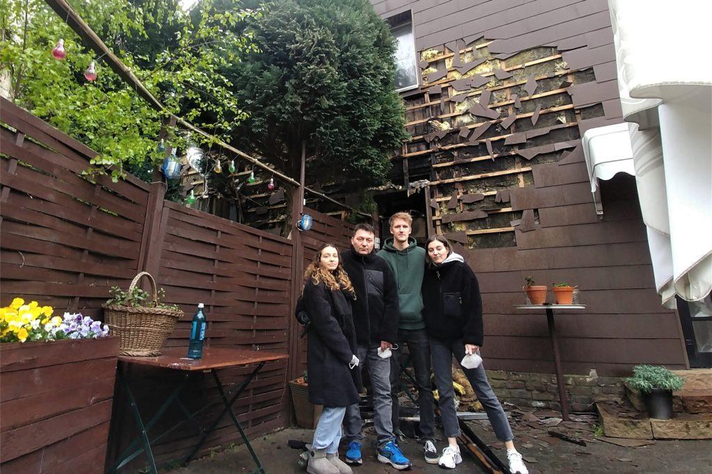 Familie Seperovic vor der zerstörten Außenfassade im Biergarten. Von links: Sara Seperovic, Inhaber Emir Seperovic, David Münzberg und Ema Seperovic.