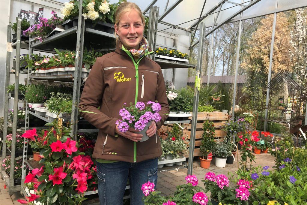 Beliebt ist im Moment die Pflanze, die Nadine Wolter in Händen hält: Elfensporn.