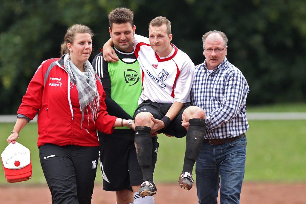 2011 spielte Michael Maurer (2.v.r.) für die SG Castrop und verletzte sich im Entscheidungsspiel gegen den VfB Börnbig schwer. Beim Abtransport half auch Vater Andreas Maurer (r.).