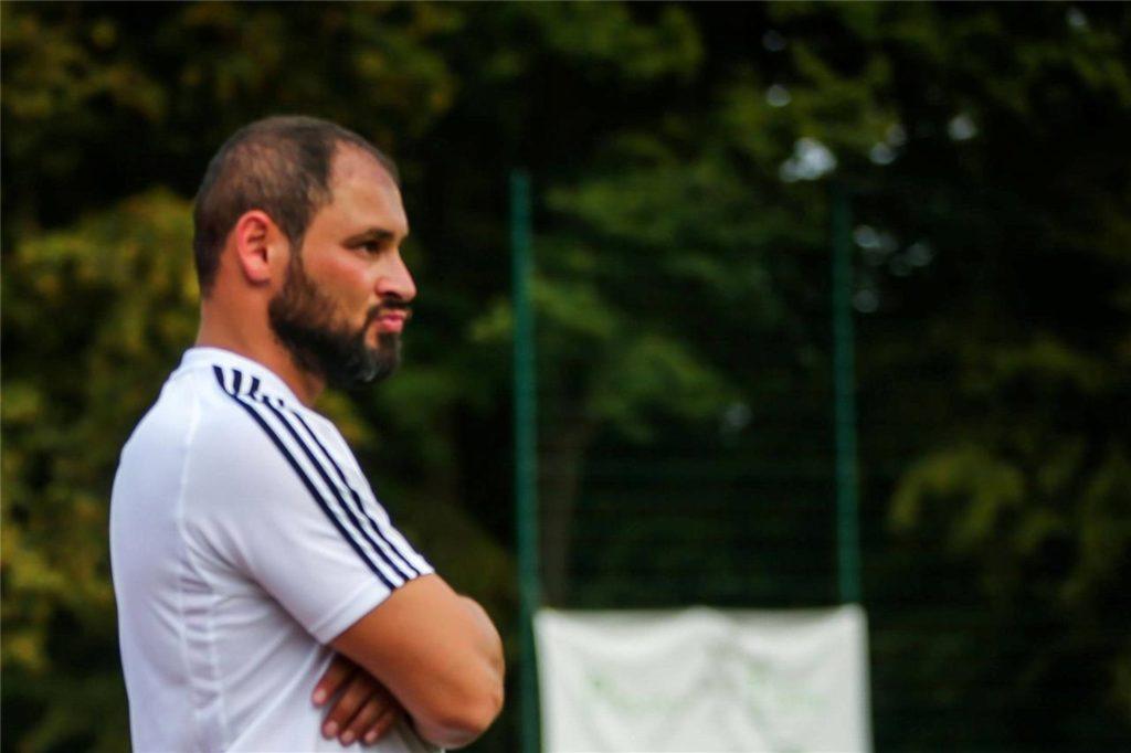 Mehmet Aslan, Sportlicher Leiter des BSV Schüren, sagt den Spielern schon mal, dass sie gerne wieder kommen dürfen, wenn sie wollen - dann allerdings alleine.