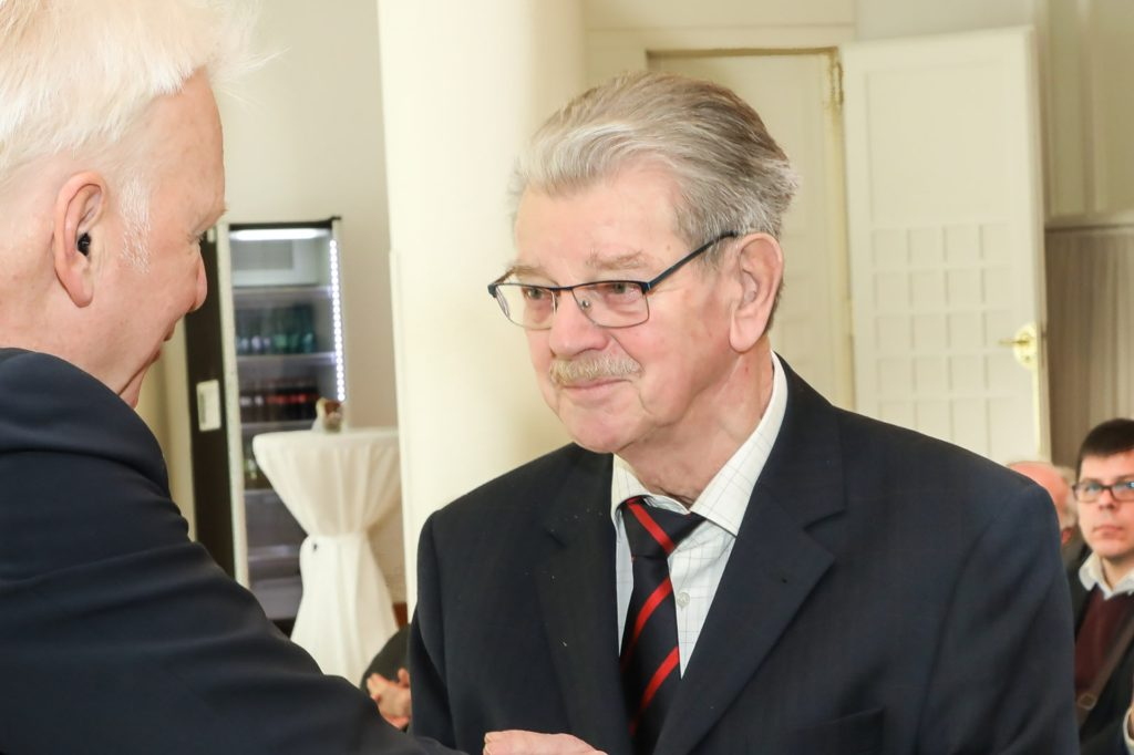 Bruno Schreurs, hier bei der Verleihung des Bundesverdienstkreuzes im Februar 2020 durch den damaligen Oberbürgermeister Ullrich Sierau, setzt sich besonders für die Sanierung des Lanstroper Eis ein