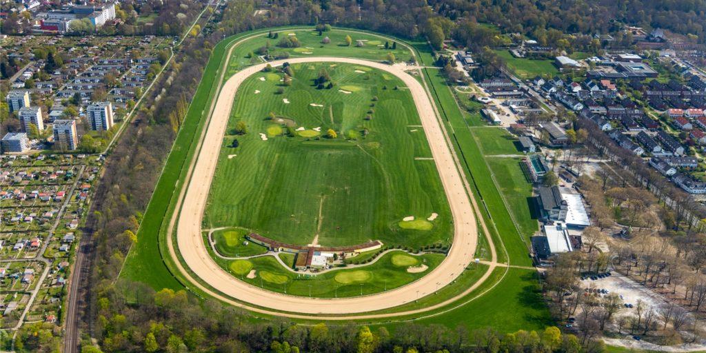 Ein gewaltiger grüner Fleck inmitten der Wohnbebauung: Die Galopprennbahn in Dortmund-Wambel, die auch einen Golfplatz beherbergt.