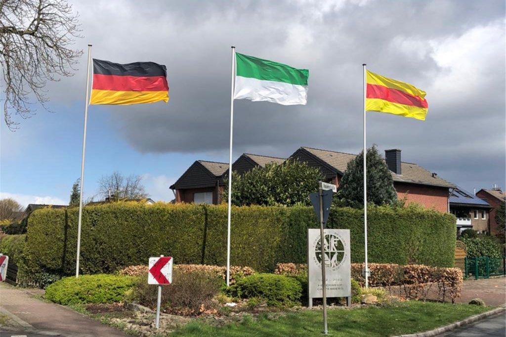 Die Cappenberger signalisieren zu wichtigen Ereignissen immer, dass sie zu ihrem Ort stehen. Unter anderem, indem sie die Deutschland, die Schützen- und die Cappenberg-Fahne hochziehen.