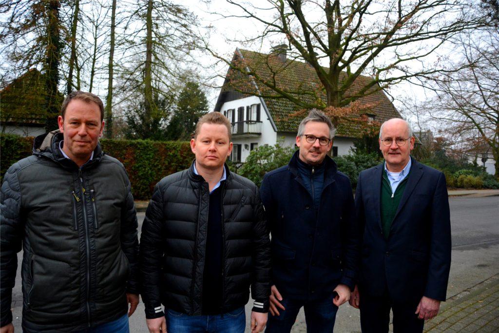 Da stand noch das mittlerweile für das Projekt abgerissene Haus Terheddebrügge: Michael Robers, Sebastian Zielinski, Jörg Hetkamp und Fritz Garvert (v.l.) stellten seinerzeit die Pläne für die neuen Gebäude vor.