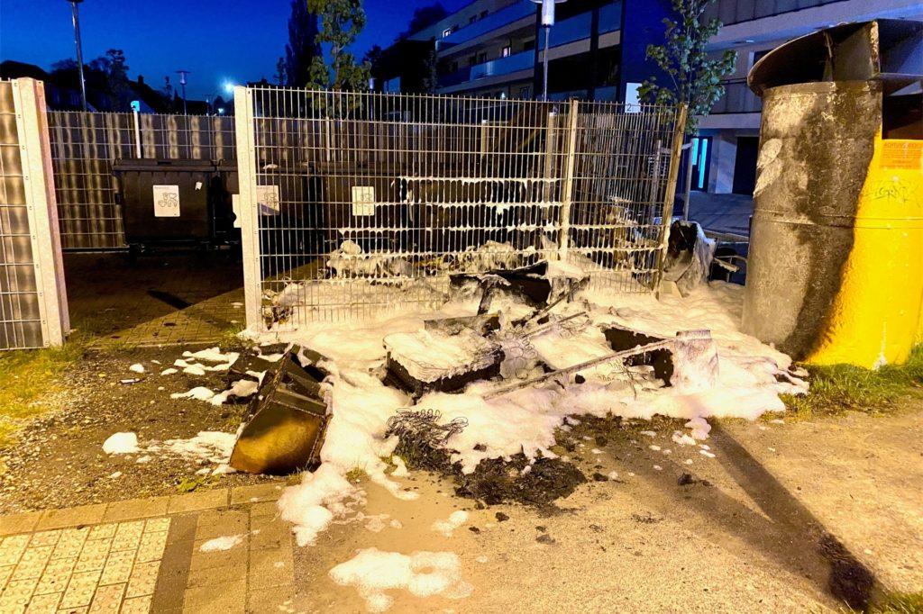 Sperrmüll brannte an einer Müll-Ablagestelle an der Mengeder Straße / Zum Erdbeerfeld.