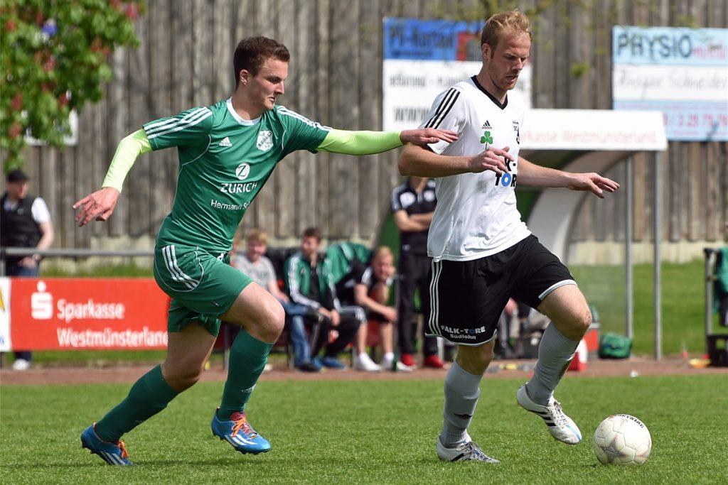 Louis Feldhaus (l.), hier im Jahr 2015 gegen Jörg Krüchting vom SC Südlohn, zählt ab Sommer wieder fest zum Kader des SuS Legden.