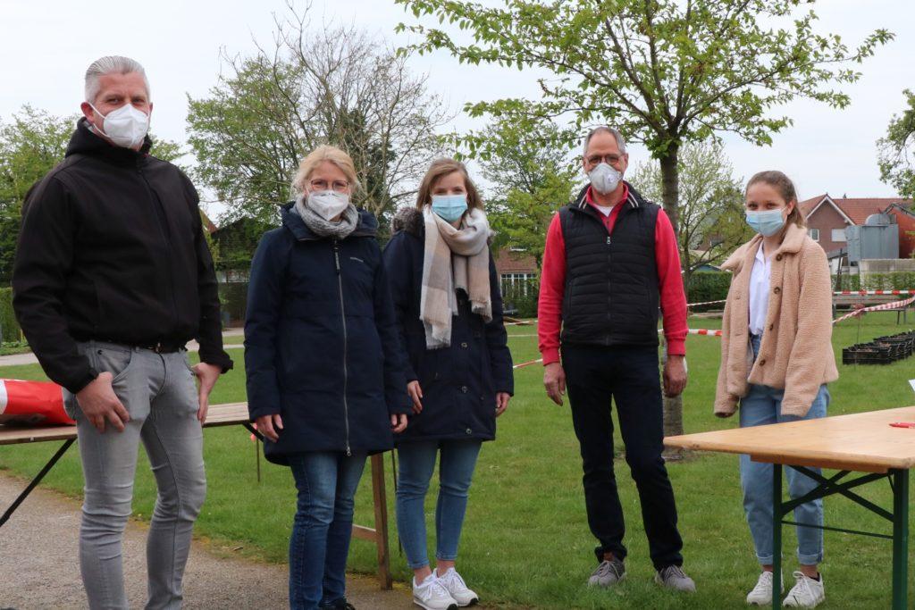 Das Team des Korsovereins auf dem Dahlienknollenmarkt (v.l.): Udo Feimann, Christa Haverkock, Lena Hüls, der Vorsitzende Norbert Haverkock und die Dahlienkönigin Nina die Erste Iking.