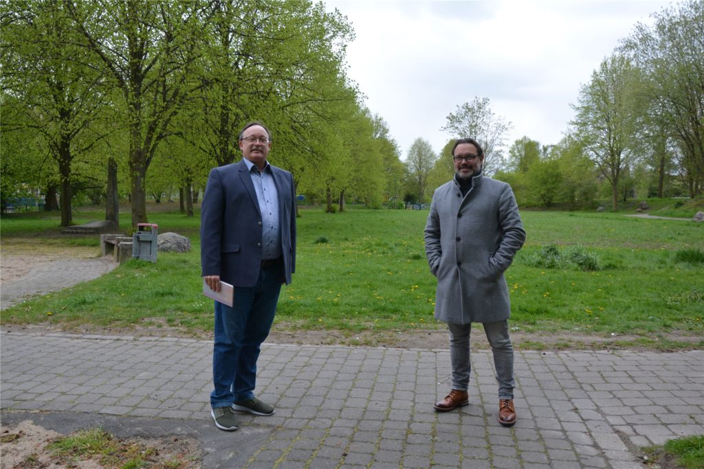 SPD-Ratsvertreter Rüdiger Schmidt (links) und Scharnhorsts Bezirksbürgermeister Werner Gollnick (CDU/rechts) unterhielten sich im Anschluss an den Ortstermin im Park zwischen Flughafen- und Lautastraße in Scharnhorst noch mit Anwohnern. Bei dem Termin trugen alle Anwesenden medizinische Masken.