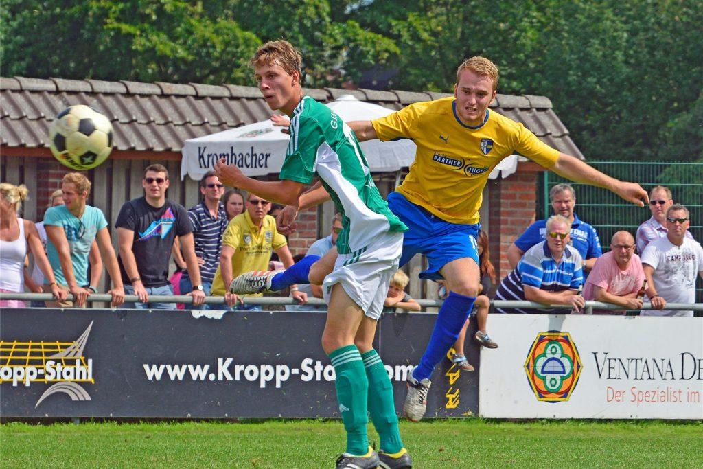 Nils Temme (r.), hier in einem Pokalspiel gegen den Lüntener Jan Steinbrenner, traf in der Liga 69 Mal für die SpVgg Vreden und ist damit ihr erfolgreichster Schütze seit 2005.