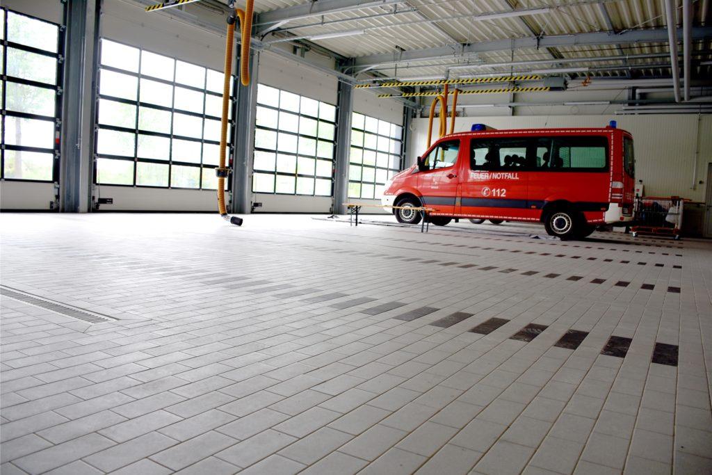 Genug Platz für alle Feuerwehrfahrzeuge aus Wüllen: In der neuen Fahrzeughalle steht deutlich mehr Raum zur Verfügung.