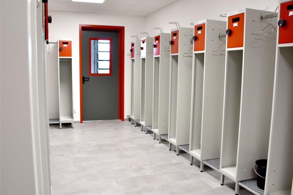 Geschlechtergetrennte Umkleiden für die Feuerwehrleute. Die sind im neuen Gerätehaus auch ausreichend groß und von den Fahrzeugen getrennt, so dass die Arbeitsschutzbestimmungen eingehalten werden können.