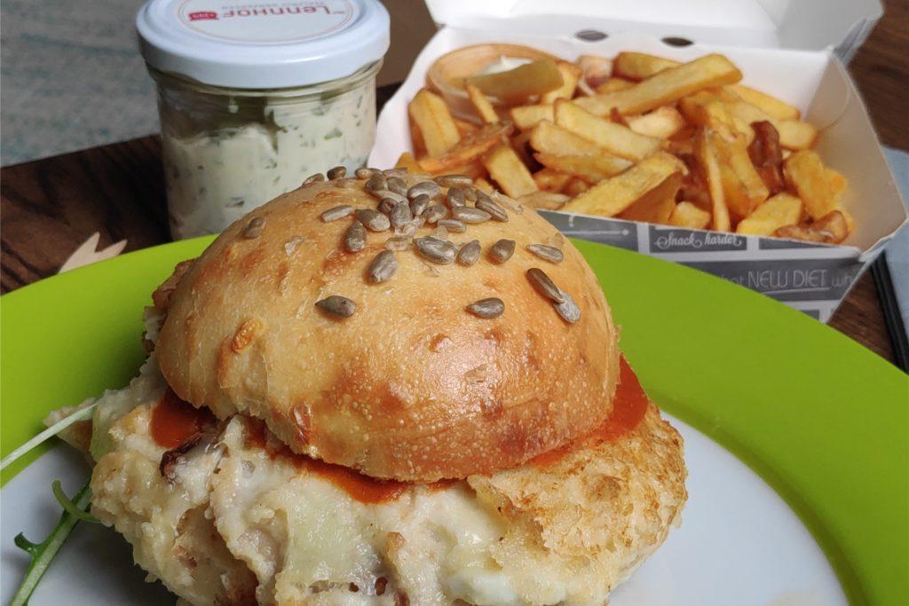 Der Bruschetta-Burger mit Büffel-Mozzarella und einem Pinienkern-Brötchen.