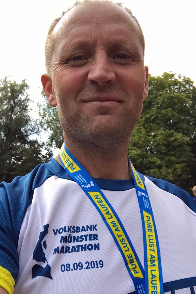 Dr. Waldemar Bensch läuft selbst regelmäßig, wie hier beim Münster Marathon 2019.