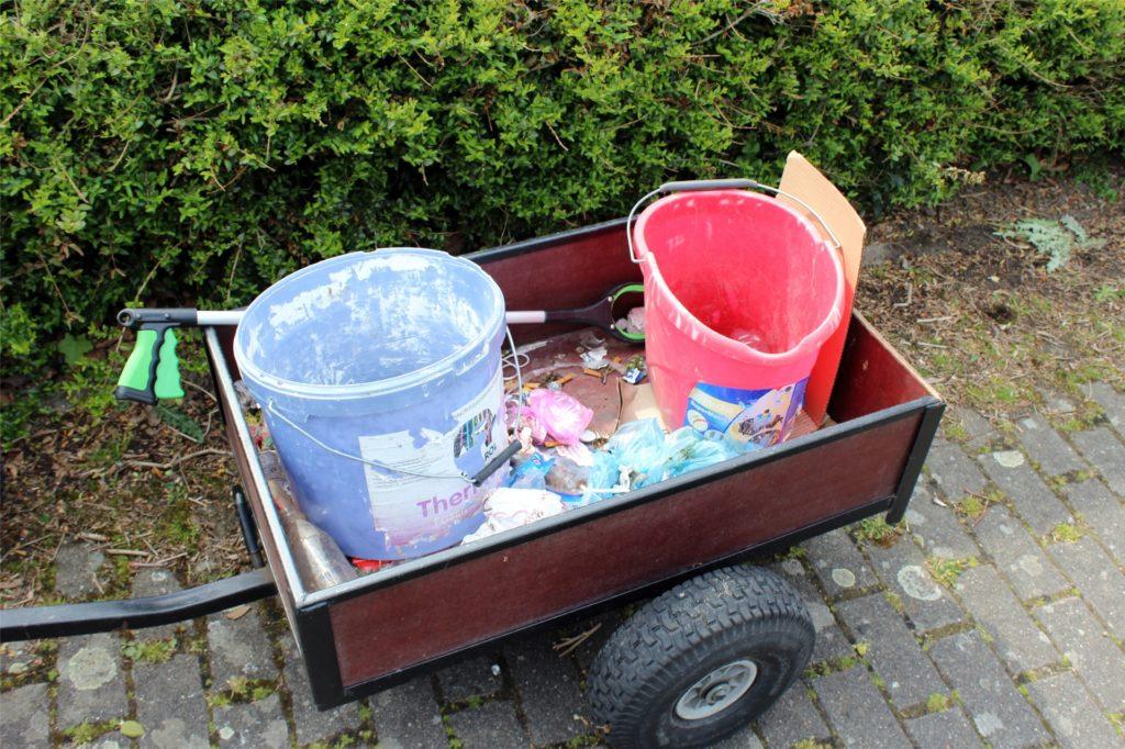 Es dauert nicht lange bis der Anhänger beginnt sich zu füllen. Mit Hilfe der beiden Eimer kann schon sofort mit der Mülltrennung begonnen werden.