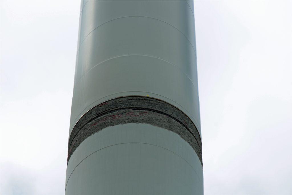Hier ist eine der Stellen am Wesseler Windrad zu sehen, die aktuell saniert werden.