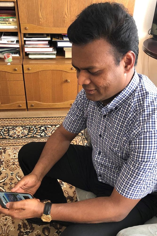 Für Pater Raju Peter ist das Handy als Kommunikationsmittel aktuelle noch wertvoller geworden.