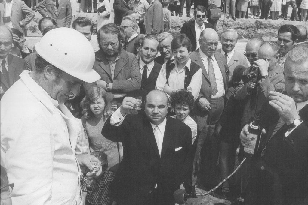 Am 2. Juli 1969 wurde der Bau des Rathaus-Komplexes beschlossen. Die Grundsteinlegung (Foto) erfolgte zwei Jahre später, am 24. Juni 1971. Am 22. September 1972 wurde das Richtfest gefeiert, am 21. Mai 1976 wurde es fertiggestellt.