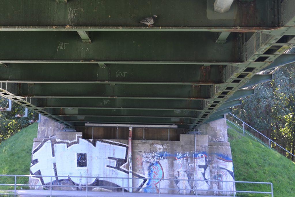 Risse in tragenden Bauteilen verbieten einen motorisierten Verkehr über die Schwieringhauser Brücke. Untersuchungen zeigen: Auch die Brückenlager haben massive Schäden. Sie können keine Behelfsbrücke mehr tragen.