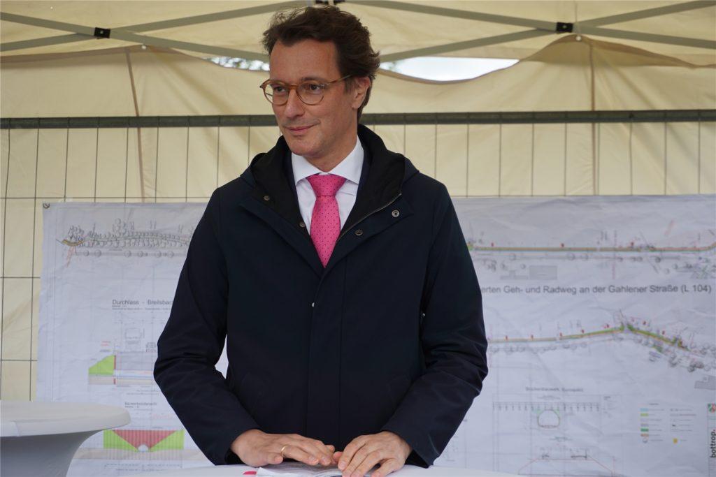 NRW-Verkehrsminister Hendrik Wüst machte sich anlässlich des Startschusses für den Radweg Gahlener Straße in Kirchhellen dafür stark, die Infrastruktur für den Radverkehr noch weiter auszubauen.