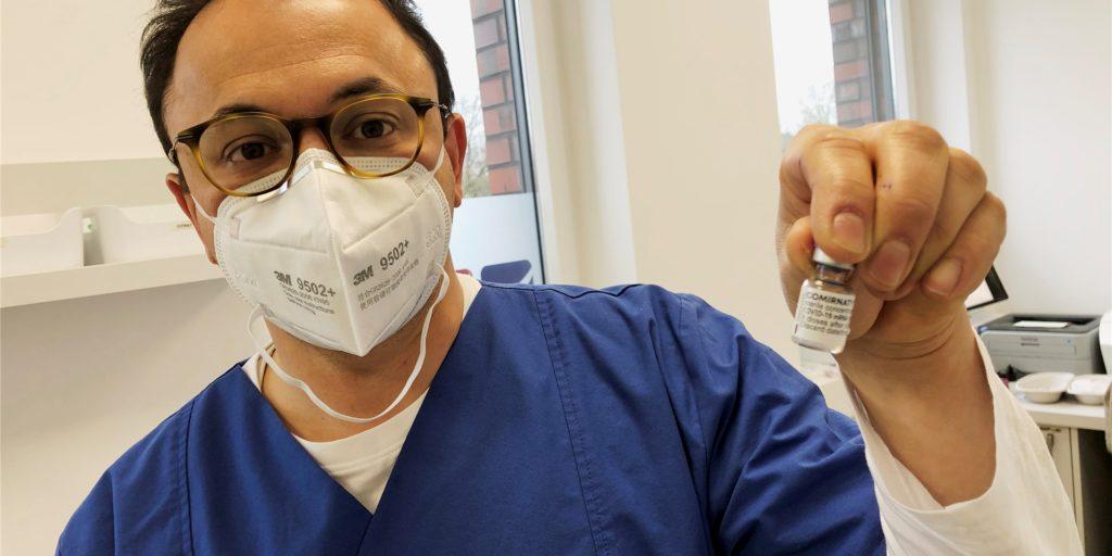 Der Ahauser Hausarzt Dr. Akin Yilmaz-Neuhaus mit einem Fläschen des Biontech-Impfstoffs. In seinen Augen müsste mehr Impfstoff in die Praxen geliefert werden, um das Impftempo insgesamt zu beschleunigen.