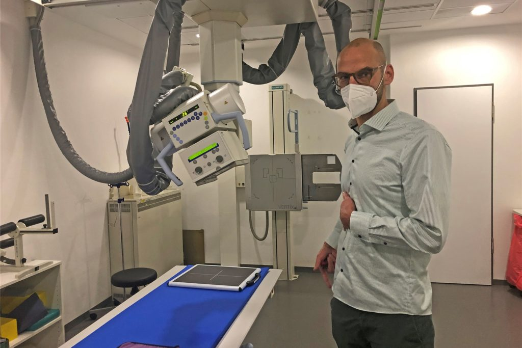 Arne Scheffer kann in seiner Praxis auf alle wichtigen bildgebenden Verfahren zurückgreifen, hier steht er im Röntgenraum.