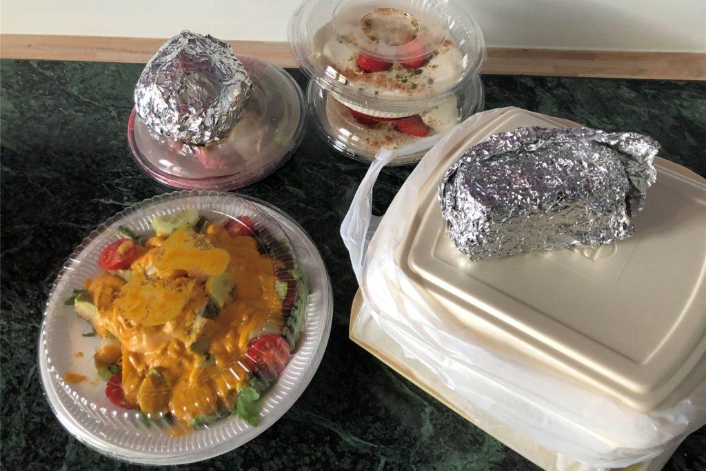 Ohne Plastik geht es nicht: In den Behältnissen stecken zwei Vorspeisen, zwei Hauptspeisen und zweimal Dessert.