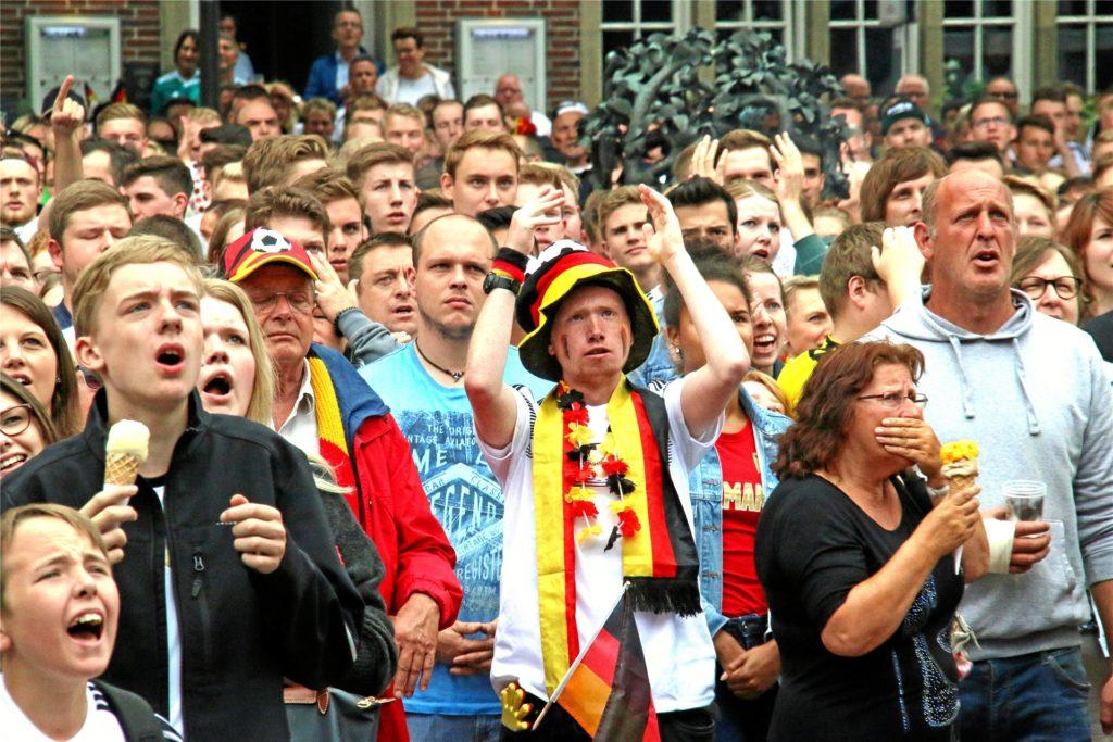 Dicht gedrängte Fußballfans – wie hier beim unrühmlichen 0:1 der deutschen Mannschaft gegen Mexiko 2018 – wird es bei der EM 2021 auf dem Oldenkottplatz nicht geben. Trotzdem wollen die Tobit.Labs das große Display aufstellen.