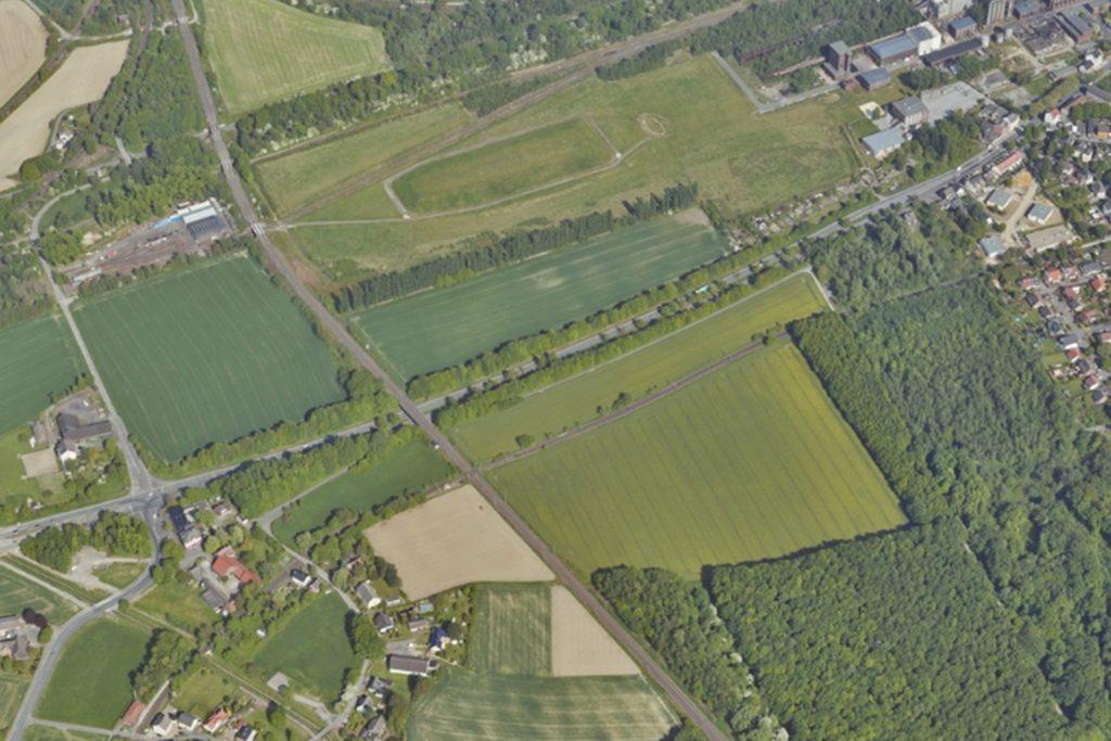 Emscherallee (waagerecht Bildmitte) und Eisenbahnlinie begrenzen den Energiecampus. Belastungen erwarten die Politiker vor allem für die Kreuzung Emscherallee/Bodelschwingher Straße (links) und die Straße Mooskamp bis zum Nahverkehrsmuseum (oben links).