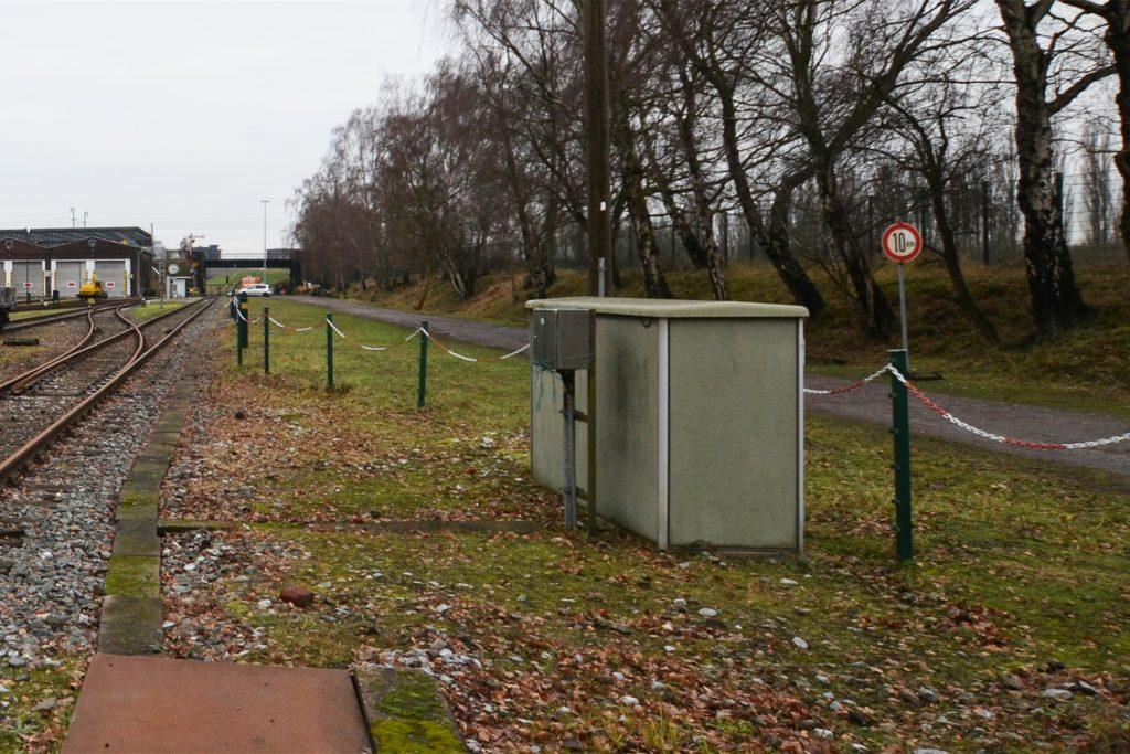 Eine Zufahrt zum Energiecampus soll durch die Unterführung der Bahnlinie am Nahverkehrsmuseum (l.) erfolgen.