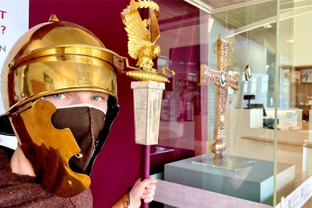 Verkleidete Römer begrüßen die Besucher des Museums.