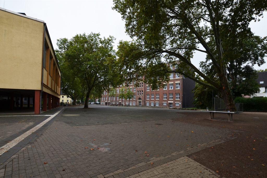 Der Neubau wird doppelt so viel Fläche wie die alte Sporthalle (l.) und damit Teile des gemeinsamen Schulhofs mit der Jeanette-Wolff-Schule beanspruchen.