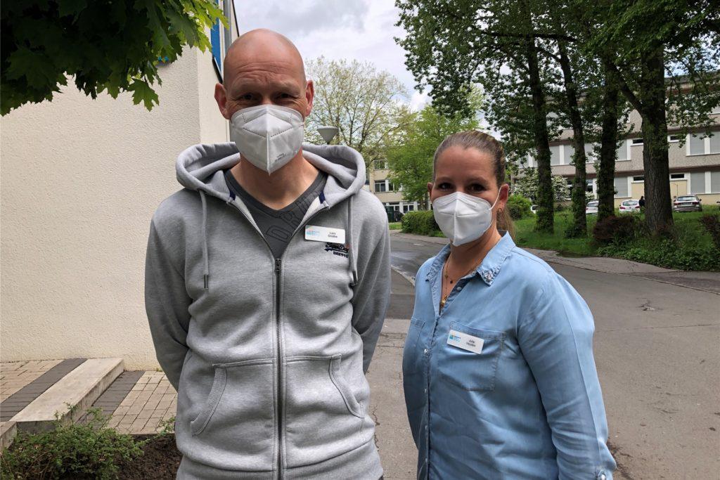 Pflegedienstleiter Lars Grothe und seine Stellvertreterin Julia Heyden bemühen sich seit drei Jahren und eine Sanierung des Gehweg vor der Diekonie-Tagespflege an der Meuselwitzstraße
