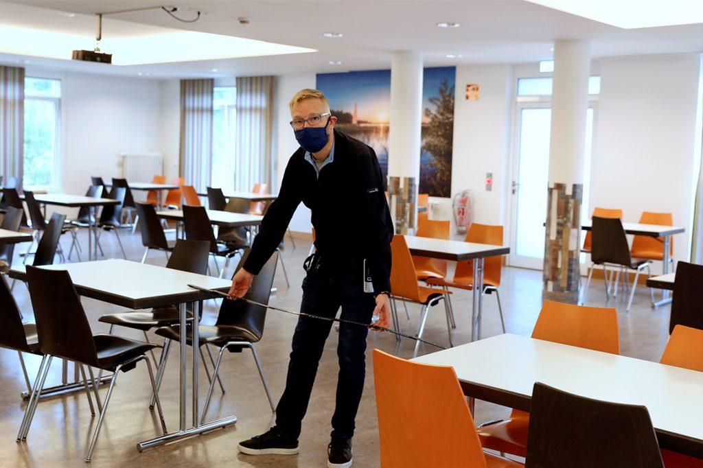 Michael Falkenreck, Leiter der Jugendherberge Haltern, misst die Abstände zwischen den Tischen im Speisesaal. Er ist zuversichtlich das die Hygienemaßnahmen eingehalten werden.