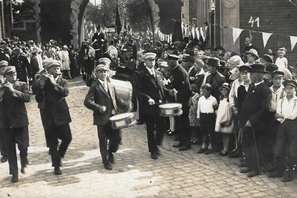 Mitglieder des Spielmannszugs Ahaus beim Festumzug im Rahmen der Heimatwoche 1928. Im Jubiläumsband hat der Verein viele Bilder aus der langen Geschichte zusammengetragen.
