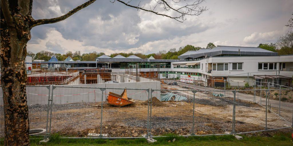 Die Baustelle des Schwimmbades in Wischlingen. Das wird der Ersatz für das Westbad, das scheinbar nicht so marode ist, wie Gutachter 2015 geglaubt haben.