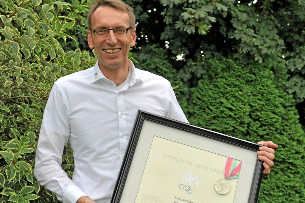 Dirk Korthals mit seiner Olympia-Medaille im heimischen Garten. Das Foto ist im September 2014 entstanden. Heute ist der Vredener 58 Jahre alt.