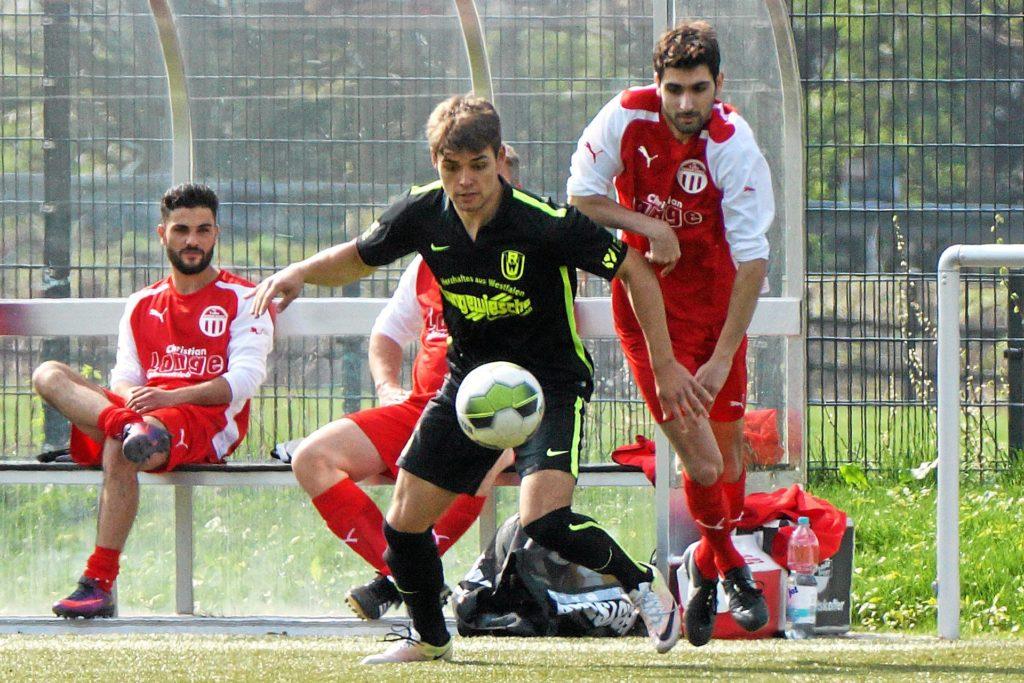 Yasin Gider - hier rechts im TuRa-Trikot gegen RW Unna - stürmt in der neuen Spielzeit für die SpVg Bönen.