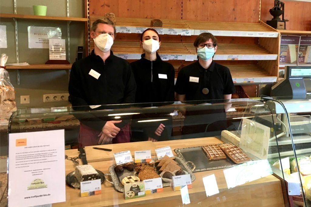 Matthias Steckermeier, Sophia Rotermund und Nils Lohse (v.l.) stehen im Treffpunkt Bio hinter der Theke.