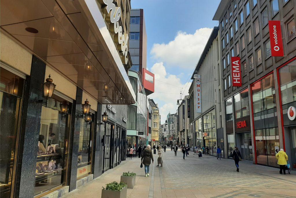 Überfüllt ist es am ersten Tag, an dem die Geschäfte am Westenhellweg wieder öffnen dürfen, nicht.