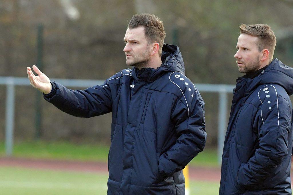 Trainer Amel Mesic (links) peilt mit dem TuS Niederaden die Rückkehr in die Kreisliga A an.