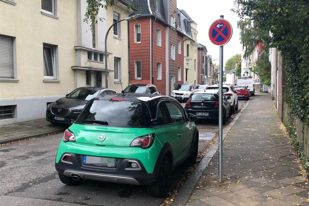 Der Parkdruck im Gerichtsviertel in der Altstadt ist enorm - 2019 musste die Stadt in der Katharinenstraße ein Parkverbot zwischen Agathastraße und Altem Postweg anordnen.
