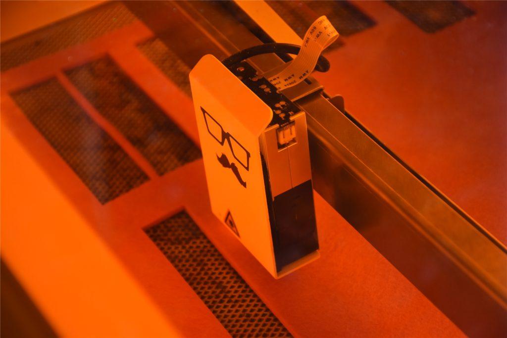 Der Laser kann fast alle Materialien schneiden oder gravieren.