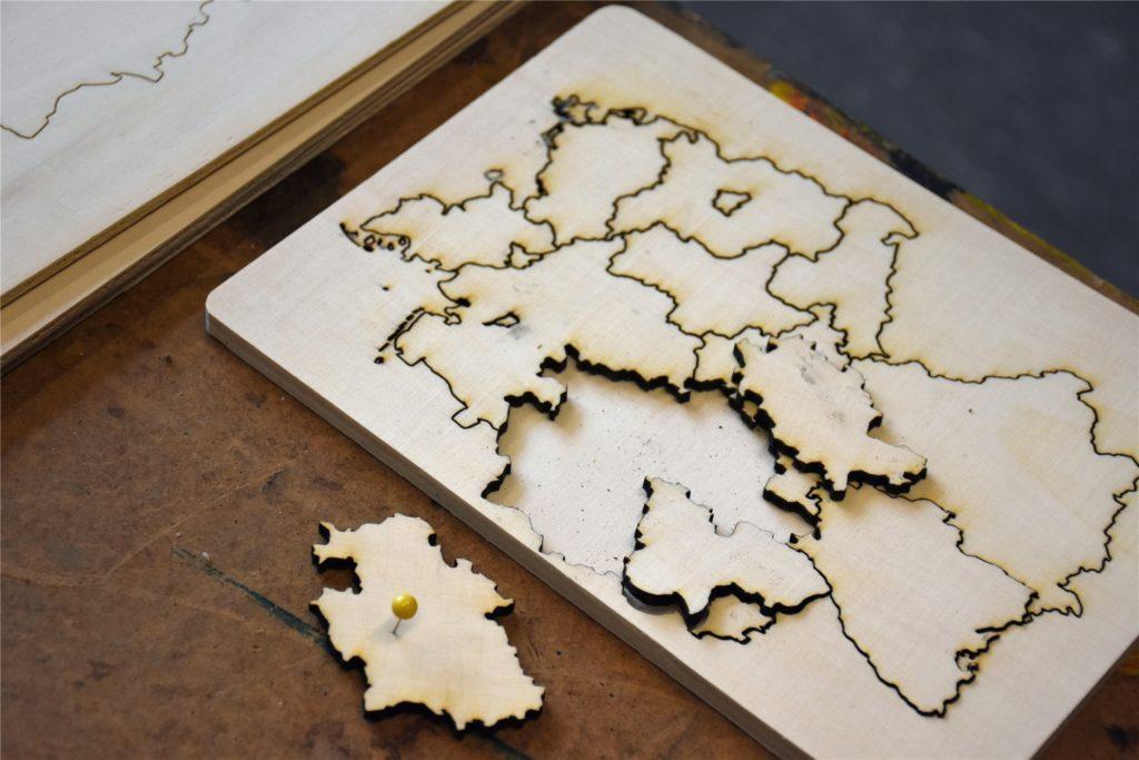 Mit dem Laser-Cutter haben die Schüler zum Beispiel schon Deutschlandkarten hergestellt, die im Erdkunde-Unterricht eingesetzt werden.