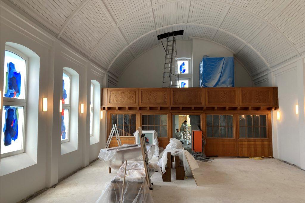 Statt Bänken bieten demnächst Stühle Platz für die Gemeindemitglieder. Die Orgel ist aktuell zu Renovierungszwecken ausgebaut.