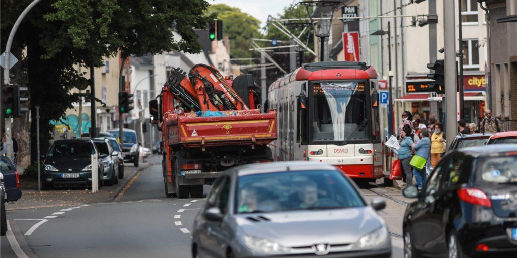Auf dem Wickeder Hellweg tost der Verkehr. Die SPD-Ratsfraktion fordert nun mehr Planungskapazitäten bei der Stadt, um das Problem in den Griff zu kriegen