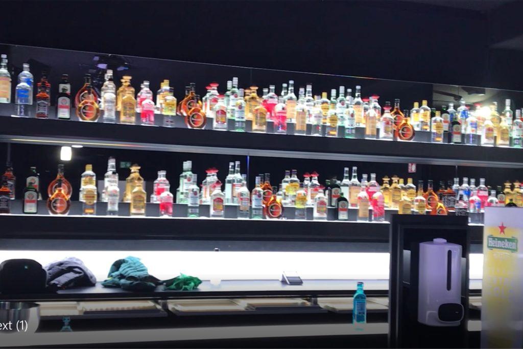Während auf den Floors im Next fleißig geimpft wurde, warten die Spirituosen hinter der Bar weiterhin auf geduldig auf Clubbesucher, die zum Tanzen und Trinken kommen.