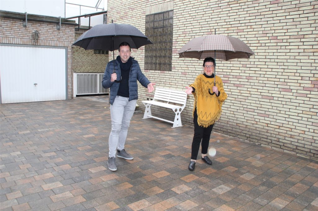 """Renate Nioduschewski und Sohn Martin vom """"Brambauer Hof"""" freuen sich darauf, endlich wieder Gäste begrüßen zu dürfen. Beim Regenwetter am Samstag blieb die Biergartenausstattung aber noch im Trockenen."""