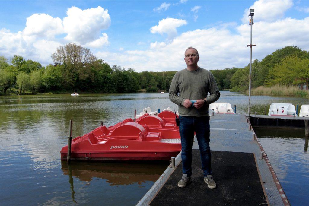 Thorsten Loose kümmert sich um den Tretbootverleih am Cappenberger See.